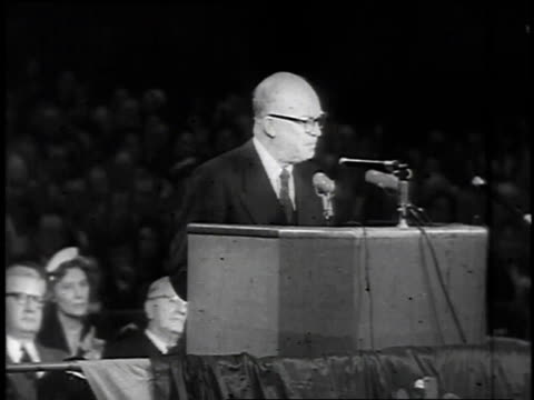 vidéos et rushes de presidential candidate dwight d eisenhower giving a speech about going to korea with a view of the crowd cheering / united states - 1952