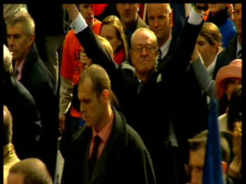 vídeos y material grabado en eventos de stock de presidential candidate jean marie le penn raises hands surrounded by supporters during march at time of french presidential elections 01 may 02 - miembro humano