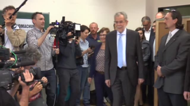 presidential candidate of green party alexander van der bellen casts his ballot at a polling station during second round of austrian presidential... - österreichische kultur stock-videos und b-roll-filmmaterial