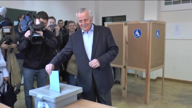 stockvideo's en b-roll-footage met presidential candidate rudolf hundstorfer casts his ballot for the austrian presidential elections at a polling station in vienna austria on april 24... - oostenrijkse cultuur