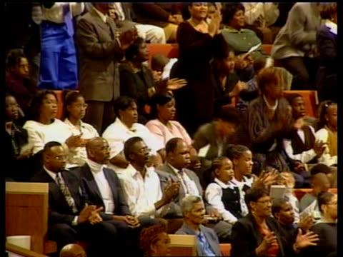 vidéos et rushes de presidential election campaign:; b)en: james mates itn usa: texas: int black gospel choir singing in church gv crowds of people in church listening... - choeur