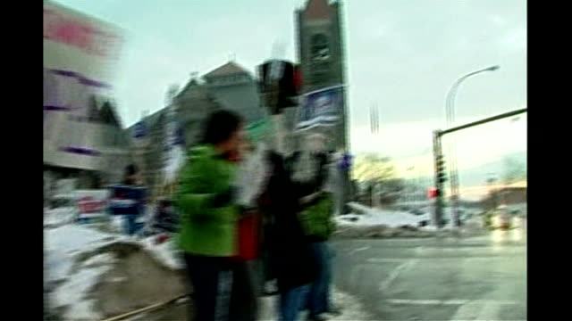 vídeos de stock, filmes e b-roll de new hampshire primary voting ext obama supporters waving placards in street - primary election