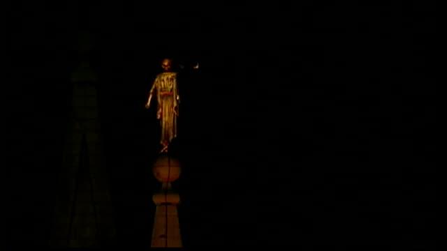 presidential election campaign: preview of tv debate; usa: utah: salt lake city: ext/night full moon seen behind spires of salt lake temple statue on... - 尖塔点の映像素材/bロール