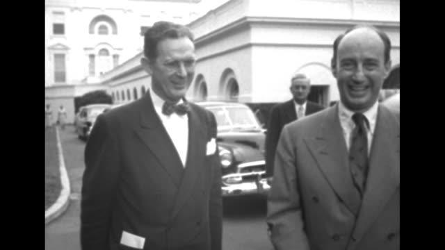 vidéos et rushes de 1952 presidential election / democratic candidate adlai stevenson shakes hands with democratic chairman stephen mitchell / cu mitchell / cu senator... - actualités cinématographiques
