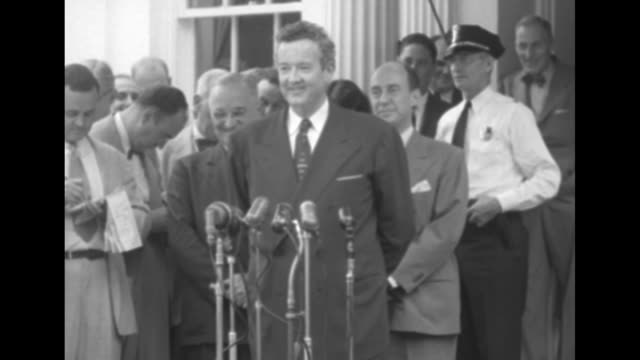 vidéos et rushes de 1952 presidential election / democratic chairman stephen mitchell and men exit white house / press conference / president harry truman and... - adlai stevenson