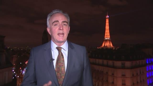vidéos et rushes de first tv debate of campaign ext / night reporter to camera - débat
