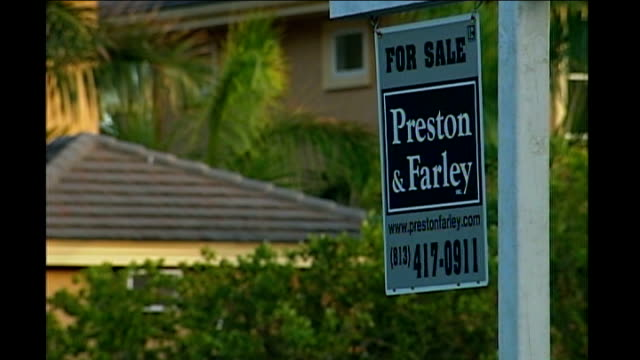 presidential election: florida primary preview; ext for sale signs outside houses lapping waters on beach at sunset sun sinking over sea horizon at... - 売り出し中点の映像素材/bロール