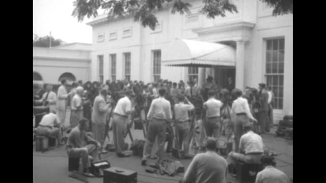 vidéos et rushes de 1952 presidential election / ws journalists / photographers and journalists outside white house / press conference for democratic presidential... - adlai stevenson