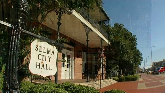 stockvideo's en b-roll-footage met obama victory civil rights struggle selma revisited usa alabama selma ext traffic along main road of town selma city hall with sign outside pan to... - street name sign