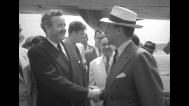 vidéos et rushes de 1952 presidential election / plane on runway / democratic presidential candidate illinois governor adlai stevenson deplanes / greets alabama senator... - adlai stevenson
