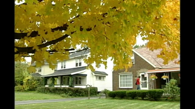 vidéos et rushes de report from swing state ohio ext canvassers working for barack obama on leafstrewn residential street canvasser going up path obama canvasser making... - a l'abandon
