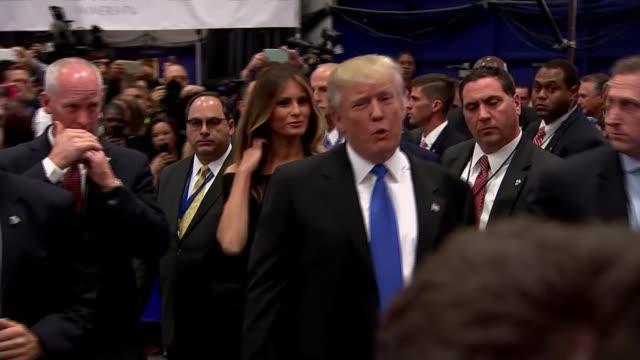 vidéos et rushes de republicans split over donald trump tape t27091633 / tx 2792016 new york hempstead hofstra university int ***beware donald trump towards with wife... - débat
