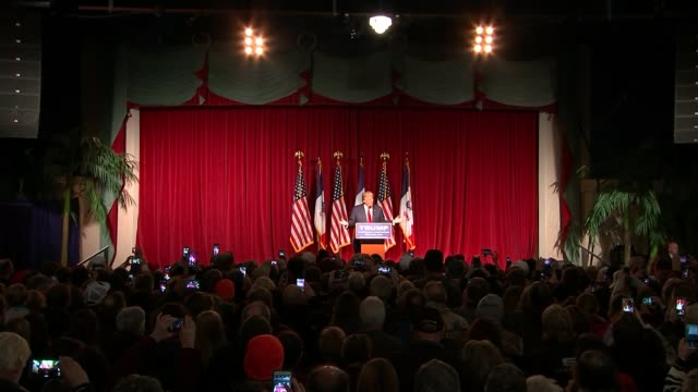 vídeos de stock, filmes e b-roll de sarah palin backs donald trump long shot trump speaking on stage audience holding up smartphones to film 'trump make america great again' placard... - stage make up