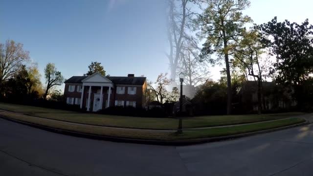 super tuesday usa texas houston int track along past large houses - ジュリー エッチンガム点の映像素材/bロール