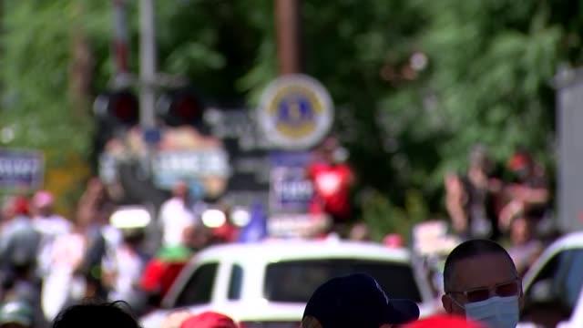 vidéos et rushes de presidential election: trump and biden supporters in old forge, pennsylvania; 4 of 4 usa: pennsylvania: near scranton: ext further shots of donald... - président