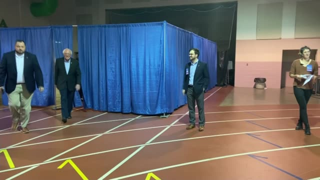 vídeos de stock, filmes e b-roll de presidential elections: bernie sanders is the front runner for the democratic nomination; usa: virginia: richmond: int bernie sanders walking out to... - bernie sanders