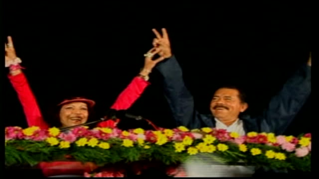 presidential elections: ortega favourite to return to power; ortega supporters chanting at rally daniel ortega and wife, rosario murillo, on stage,... - ダニエル オルテガ サアヴェドラ点の映像素材/bロール