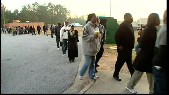 voting begins usa georgia atlanta ext black people along to queue to vote in presidential elections - georgia stati uniti meridionali video stock e b–roll