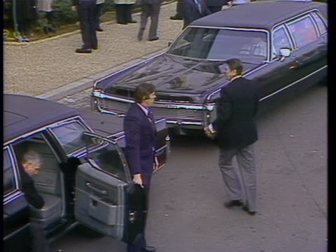 vídeos de stock, filmes e b-roll de presidential inauguration day: ronald reagan arrives at the capitol and steps out of his car. - capitolio estatal de maryland