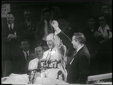 presidential nominee, adlai stevenson + running mate, john sparkman raise arms / convention - 1952 個影片檔及 b 捲影像