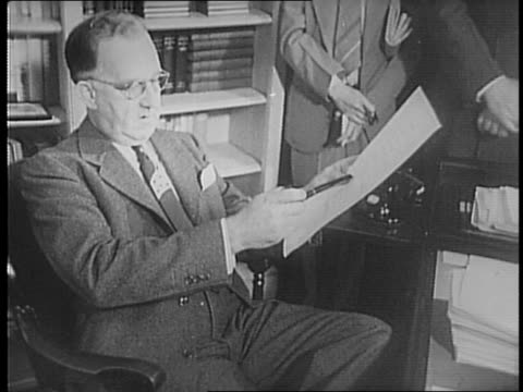presidential secretary stephen early gets out of parked car, petting dog in the back seat as he does so / early walks into office building / seated... - 1941 bildbanksvideor och videomaterial från bakom kulisserna