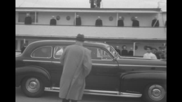 vídeos de stock, filmes e b-roll de presidential yacht uss williamsburg at pier with sailors standing at attention on upper deck men walking on ramp boarding and group of men on pier... - mordomo equipe doméstica