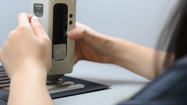 測定ボタンを再度押して、色計 - 長さ点の映像素材/bロール