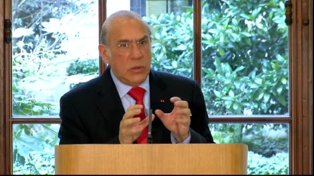 vídeos de stock e filmes b-roll de oecd press conference angel gurria question and answer session sot - organização para a cooperação e o desenvolvimento económico