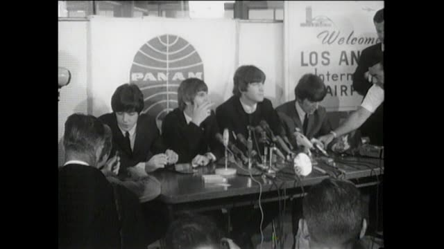 vídeos de stock e filmes b-roll de press conference in los angeles airport lax paul mccartney ringo starr john lennon and george harrison answer random questions from the press free... - 1964