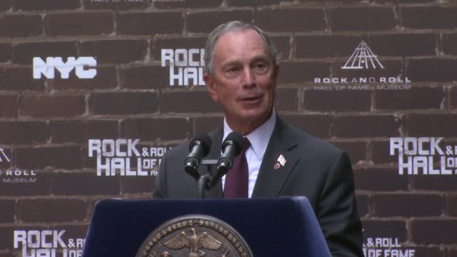 stockvideo's en b-roll-footage met mayor bloomberg on meeting billy joel and other great entertainers and the introduction to billy joel at the rock and roll hall of fame makes a... - billy joel