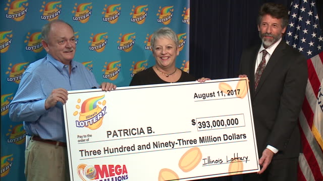 press conference on aug. 25, 2017 featuring patricia busking, who bought the winning lottery ticket for the the largest prize in illinois lottery... - lotterie stock-videos und b-roll-filmmaterial