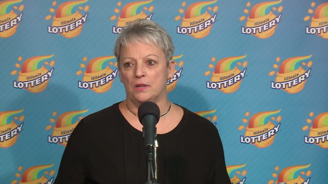 stockvideo's en b-roll-footage met press conference on aug. 25, 2017 featuring patricia busking, who bought the winning lottery ticket for the the largest prize in illinois lottery... - loterijlootje