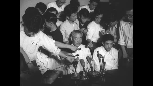 press conference on the death of fisherman aikichi kuboyama the first victim of the bikini atoll hydrogen bomb test /crowd of reporters hold mikes up... - microphone stock videos & royalty-free footage