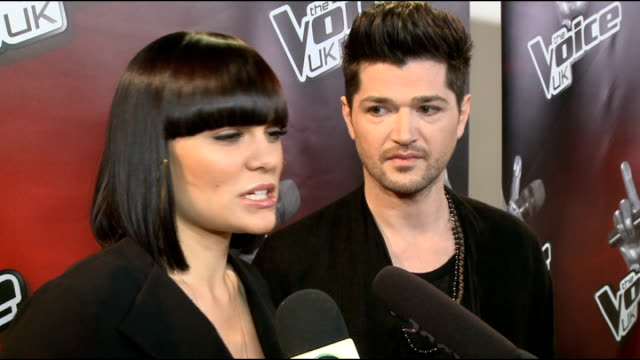 vídeos de stock e filmes b-roll de press conference to launch 'the voice' series 2; jessie j and danny o'donoghue interview sot - changes made it interesting - explanation of the steal... - barbear