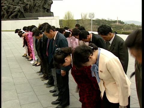 stockvideo's en b-roll-footage met press conference to welcome muhammad ali / birthplace of kim il-sung / various views of pyongyang; mansudae hill: various of people arriving to lay... - geboren in