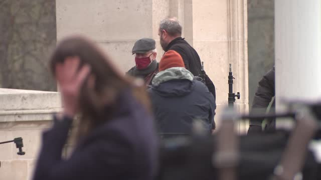 press outside buckingham palace; england: london: ext general views of world media outside buckingham palace . - news not politics video stock e b–roll