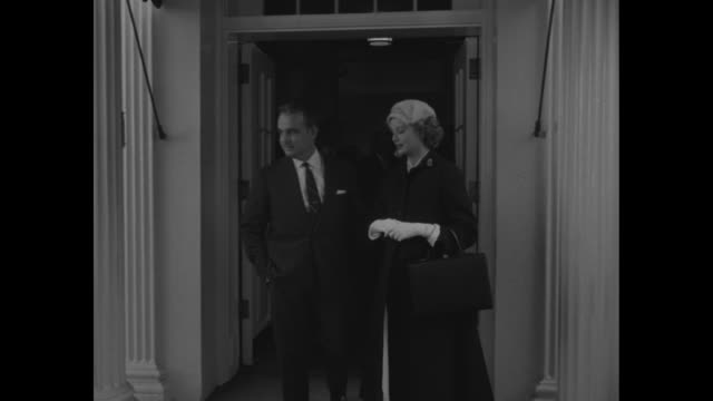 press photographers outside white house / grace kelly and prince rainier come out door / they pose for press to left pan to photographers and back to... - fürst rainier iii. von monaco stock-videos und b-roll-filmmaterial