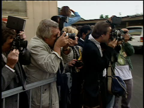 press photographing from press line at the 1993 mtv movie awards - mtv1 stock-videos und b-roll-filmmaterial
