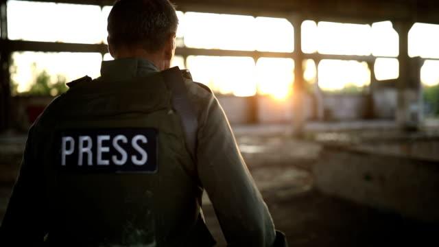 vidéos et rushes de journaliste de presse au travail dans la zone de guerre - photographe