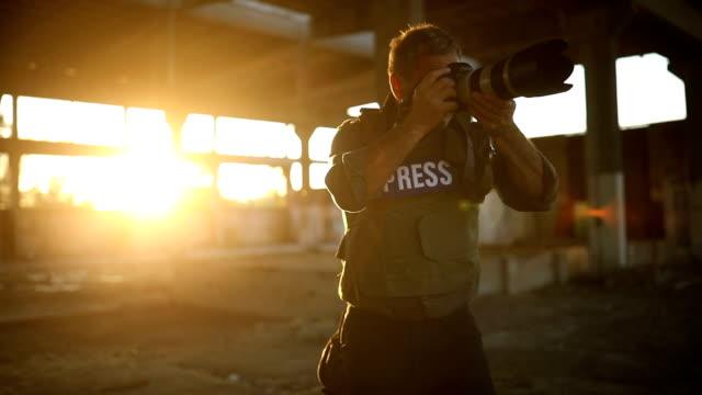 vídeos y material grabado en eventos de stock de periodista de prensa en terrenos extremos - war