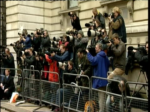 vídeos de stock, filmes e b-roll de press standing behind security barriers photograph cabinet arrivals downing street westminster london - câmera de televisão