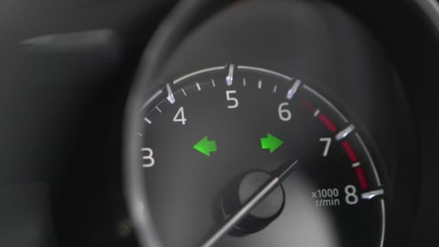 stockvideo's en b-roll-footage met druk op de noodknop in de auto. - bord in geval van nood