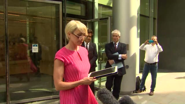 vídeos de stock e filmes b-roll de presser heather mills speaks outside the high court after settling her legal action against former newspaper the news of the world over phone hacking - investigação lei