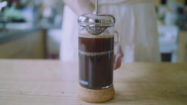 Tryck fransk press för att göra kaffe