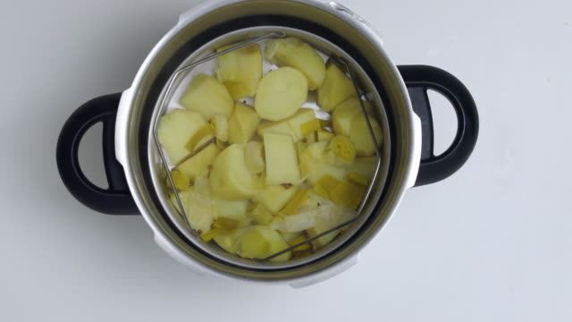 vidéos et rushes de pressure cooked potatoes. - vapeur