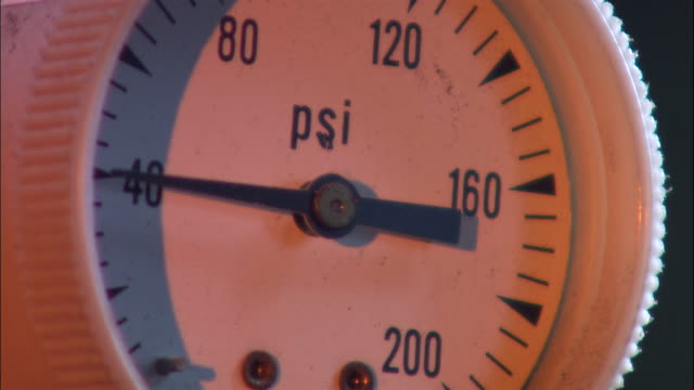 stockvideo's en b-roll-footage met a pressure gauge flickers at 40psi in a factory. - kracht