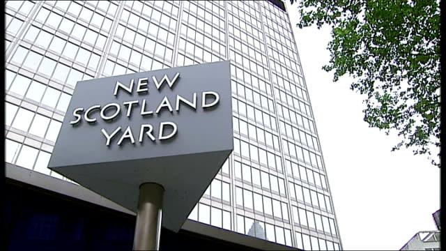 pressure mounts on sir bernard hoganhowe over alleged 'plebgate' leak london low angle view revolving new scotland yard sign general view of new... - ニュースコットランドヤード点の映像素材/bロール