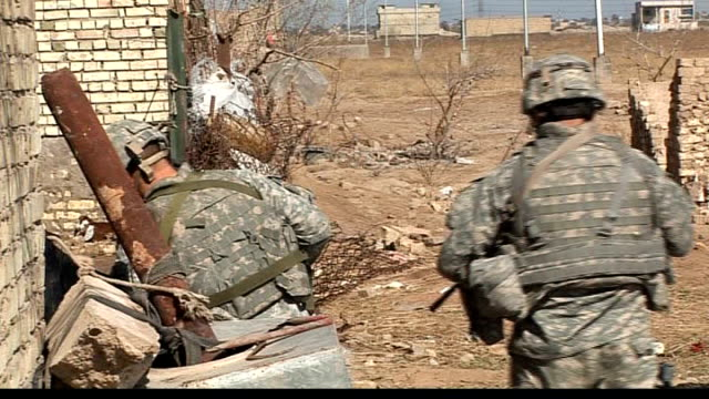 pressure on us military strategy in baghdad; tx march 2007 soldiers and civilians looking at dead body lying in street us military soldiers and... - civilian stock videos & royalty-free footage
