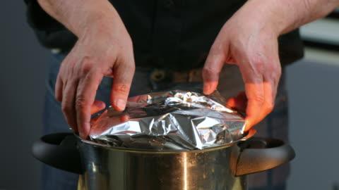vídeos y material grabado en eventos de stock de pressure-cooked bread pudding - aluminio
