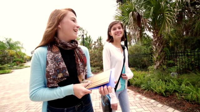 Preteen étudiants marchant et parler ensemble après l'école